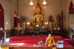 Moine dans le temple bouddhiste Image libre de droits