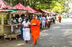 Moine dans le temple de la relique sacrée de dent à Kandy, Sri Lanka Photographie stock libre de droits