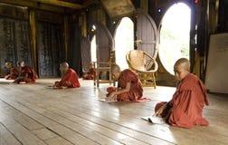 Moine de la Birmanie images stock