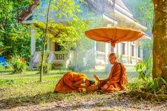 Moine de novice adorant le moine supérieur Photos libres de droits