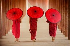 Moine de novice de Myanmar marchant ensemble dans la pagoda antique Bagan Man Photographie stock libre de droits