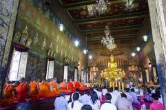 Moine et or bouddhiste Bouddha de culte Photographie stock libre de droits
