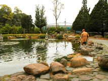 Moine et piscine au Chung-tai Chan Monastery Images stock