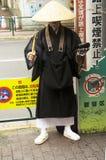Moine japonais se tenant à l'avant de station de Shin Okubo pour le receiv photo stock