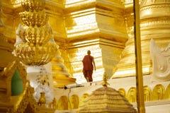 Moine marchant chez le Shwedagon Images stock
