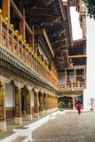 Moine marchant dans la cour du Dzong dans Punakha Bhutan Images libres de droits