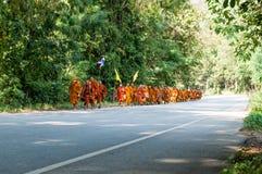 Moine sur le pèlerinage, Thaïlande Photos libres de droits