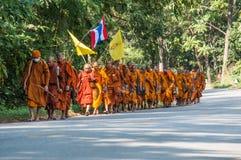 Moine sur le pèlerinage, Thaïlande Image stock