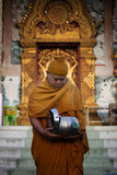 Moine thaïlandais recevant l'aumône de matin photos stock