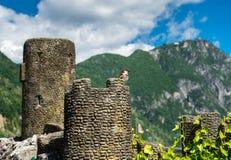 Moineau sur la ruine miniature de fort Image libre de droits