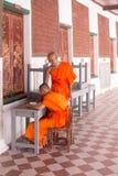 Moines étudiant dans le temple Thaïlande de chedi de phatom de phra photographie stock