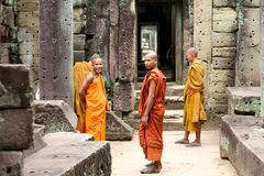 Moines au temple de Preah Khan, Cambodge Photographie stock libre de droits