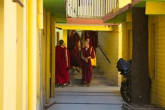 Moines bouddhistes à la résidence de Dalai Lama image libre de droits
