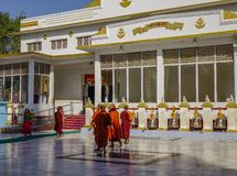 Moines bouddhistes au monatery photographie stock