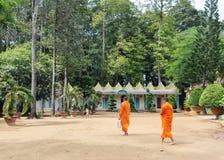 Moines bouddhistes au temple de Khmer dans le delta du Mékong, Vietnam du sud Photographie stock libre de droits