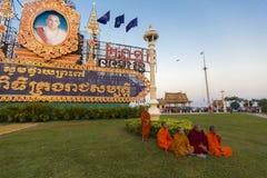 Moines bouddhistes cambodgiens s'asseyant sur l'herbe devant la PA Image libre de droits
