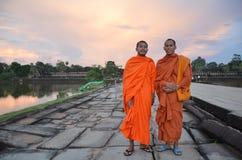 Moines bouddhistes dans Angkor Vat Photographie stock libre de droits