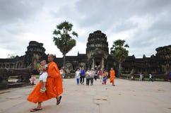 Moines bouddhistes dans Angkor Vat Photographie stock