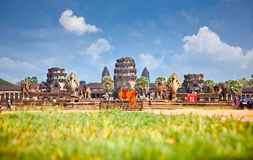 Moines bouddhistes dans Angkor Vat, Cambodge Images stock