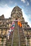 Moines bouddhistes dans Angkor Vat cambodia Photographie stock libre de droits