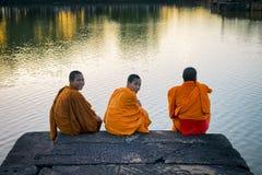 Moines bouddhistes dans des robes longues oranges Angkor Vat photo stock