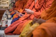 Moines bouddhistes dans la cérémonie de religion Images libres de droits