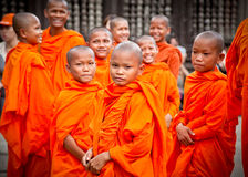 Moines bouddhistes dans le complexe d'Angkor Vat cambodia Images stock