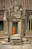 Moines bouddhistes dans le complexe d'Angkor Vat cambodia Image stock