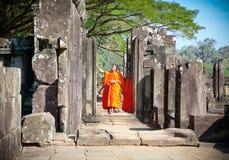 Moines bouddhistes dans le complexe d'Angkor Vat cambodia Photographie stock libre de droits