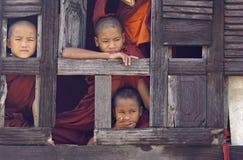 Moines bouddhistes dans Myanmar (Birmanie) Photo libre de droits