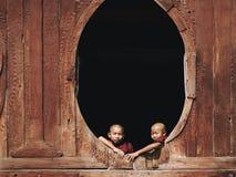 Moines bouddhistes de novice chez Shwe Yan Pyay Monastery, Nyaung Shwe, Myanmar Image libre de droits