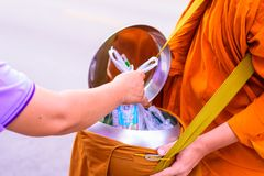 Moines bouddhistes en Thaïlande photographie stock