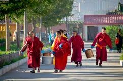 Moines bouddhistes marchant dans Ulaanbaatar, Mongolie Image libre de droits