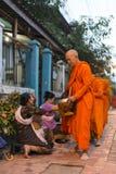 Moines bouddhistes obtenant l'aumône image libre de droits