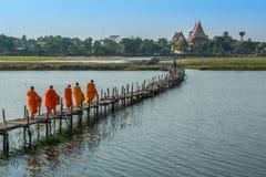 Moines bouddhistes obtenant le temple arrière après recherche de l'aumône photos libres de droits
