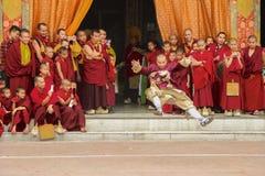 Moines bouddhistes prenant des photos Photographie stock