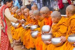 Moines bouddhistes rassemblant l'aumône à l'occasion de Bouddha Jayant image stock