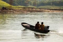 Moines bouddhistes rassemblant l'aumône pendant le matin photographie stock libre de droits