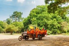Moines bouddhistes voyageant à Angkor Vat, Siem Reap, Cambodge Images libres de droits