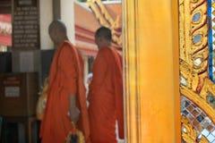 Moines d'un temple bouddhiste à Bangkok, Thaïlande photos libres de droits