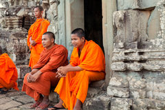 Moines dans Angkor Vat, Cambodge Images stock