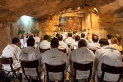 Moines dans la grotte de Gethsemane Image stock