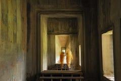 Moines dans le temple d'Angkor Wat Image libre de droits