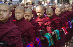 Moines dans un déjeuner de attente de rangée : Monastère de Mahagandayon Images libres de droits