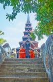 Moines de Bhikkhu dans le monastère de Bagaya, Ava, Myanmar images libres de droits
