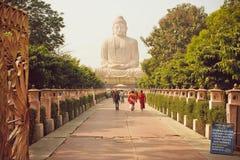 Moines et d'autres personnes se précipitant à 24 Bodh Gaya est un endroit de pèlerinage Image libre de droits