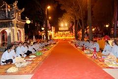 Moines et la cérémonie fidèle à la pagoda de fils d'escroquerie Photo stock