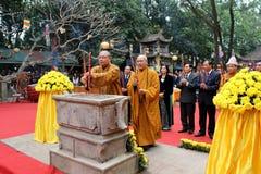 Moines et la cérémonie fidèle à la pagoda de fils d'escroquerie Image libre de droits