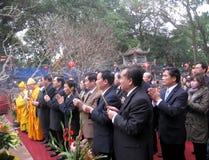 Moines et la cérémonie fidèle à la pagoda de fils d'escroquerie Image stock