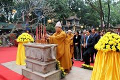 Moines et la cérémonie fidèle à la pagoda de fils d'escroquerie Photos libres de droits